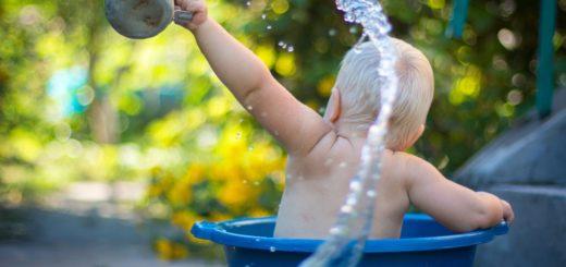 Un bébé qui prend un bain