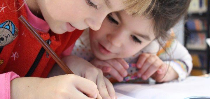 Enfant concentré en classe
